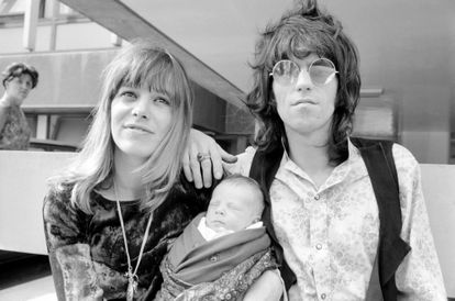 Anita Pallenberg e Keith Richards em 18 de agosto de 1969 saem de um hospital de Londres após o nascimento de seu filho Marlon.