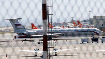 Avião com a bandeira russa no aeroporto de Caracas.