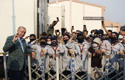 O presidente da Turquia, Recep Tayyip Erdogan, posa com escoteiros ao chegar a uma área devastada por incêndios florestais no sudoeste do país, em 31 de julho.
