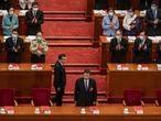 Los delegados aplauden al presidente chino, Xi Jinping, y el primer ministro Li Keqiang en la sesión de clausura de la Asamblea Popular Nacional de China, el 28 de mayo en Pekín.