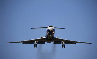 Rastro poluente deixado por um avião ao aterrissar.