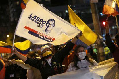 Seguidores de Guillermo Lasso, no domingo após as eleições no Equador.