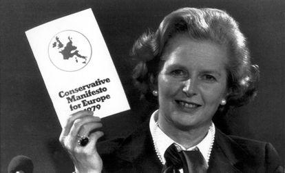 Margaret Thatcher ergue um exemplar do Manifesto Conservador para a Europa em 1979. REUTERS
