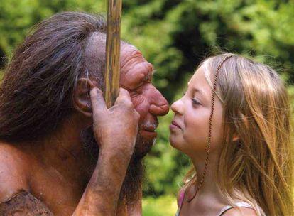 Menina observa uma figura que recria a fisionomia atribuída ao homem de neandertal.