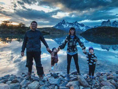 Adam, Emily e as duas filhas, em foto divulgada pela polícia.
