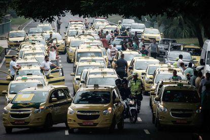 Taxistas bloquearam ruas em protesto contra o Uber.