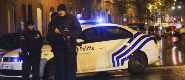 Polícia belga em ronda no bairro de Molenbeek.