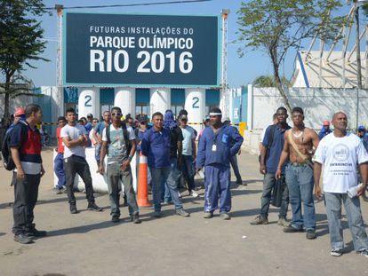 Operários em greve em frente ao Parque Olímpico do Rio, no início deste mês.