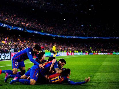Jogadores do Barcelona comemoram o sexto gol do time.