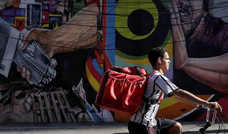 Entregador circula por São Paulo fazendo entregas para aplicativos.