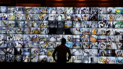Um homem observa uma tela que mostra centros de votação da Rússia na sede da Comissão Central Eleitoral, no domingo passado.