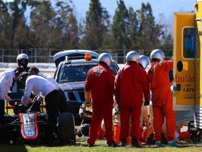 Médicos de Montmeló atendem Alonso no dia do acidente.