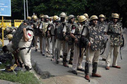 Mobilização das forças de segurança perto do tribunal