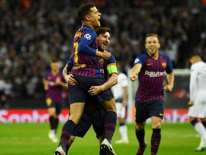 Coutinho, Messi e Arthur comemoram o primeiro gol da partida em Wembley.