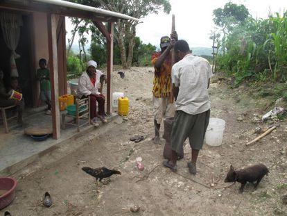 A parteira Anna Izne (no centro, sentada) ajudou milhares de mulheres no parto nas comunidades rurais de Petit-Goave.