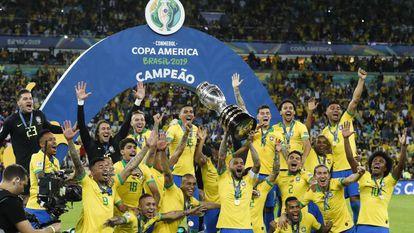 Daniel Alves ergue a taça de campeão da Copa América.