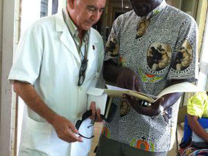 Miguel Pajares, à esquerda, e um enfermeiro em 2011.