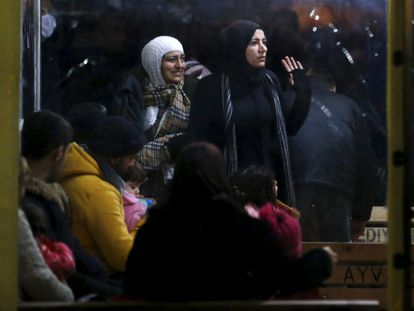Refugiados sírios esperam ser registrados na Turquia após uma tentativa frustrada de ir para a ilha grega de Lesbos.