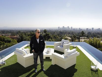 A mansão de 3.500 metros quadrados foi projetada pelo magnata Bruce Makwosky. Na imagem, Makowsky posa para uma foto no terraço do quarto principal da residência.