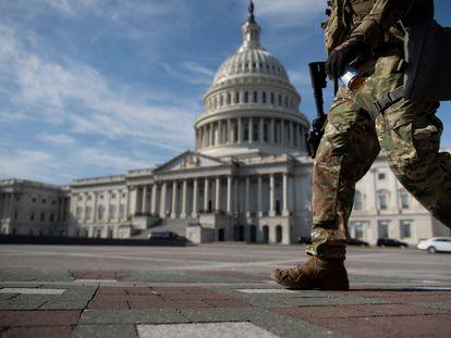 Membro da Guarda Nacional caminha no Capitólio antes do início do primeiro dia do julgamento do ex-presidente dos EUA Donald Trump em 9 de fevereiro, em Washington, DC.