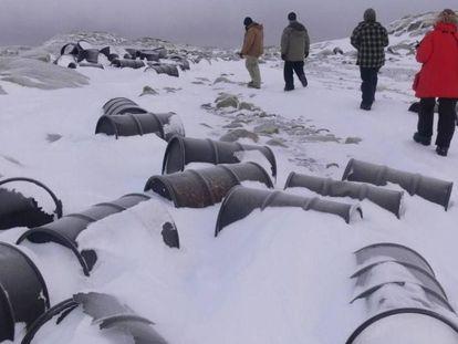 Barris de combustível abandonados em uma antiga base antártica
