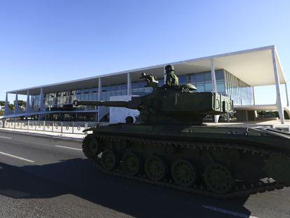 Um tanque participa do desfile militar ocorrido em Brasília no último dia 10.