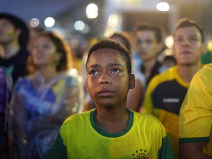Uma criança chora na derrota do Brasil em Copacabana.