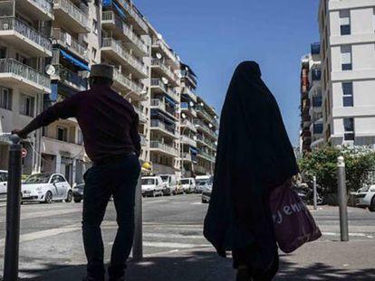 Uma mulher e um homem no bairro L'Ariane, em Nice.