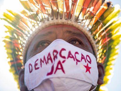 Indígenas de diversas etnias protestam em uma das entradas do prédio do Congresso Nacional, em Brasília, para pedir a demarcação de suas terras.