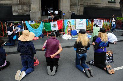 Um grupo de manifestantes contrários ao aborto protesta do lado de fora da Suprema Corte durante a discussão sobre a ação de inconstitucionalidade para Coahuila.