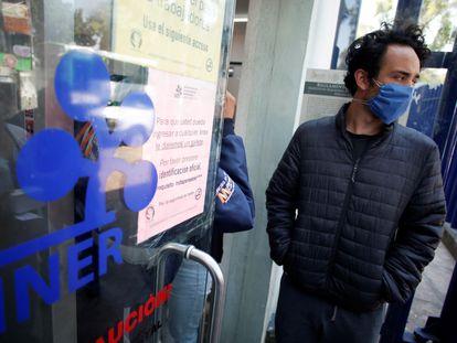 Pessoas usam máscaras faciais na fila de espera do Instituto Nacional de Doenças Respiratórias na Cidade do México.