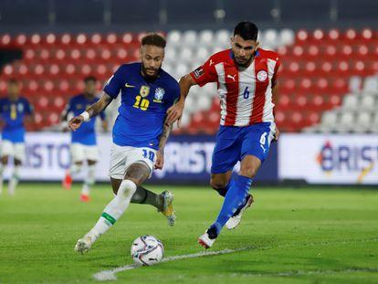 O paraguaio Júnior Alonso disputa a bola com Neymar.