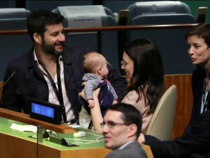 A primeira-ministra de Nova Zelândia, Jacinda Ardern, sustenta a seu bebê, em companhia de seu marido, Clarke Gayford.