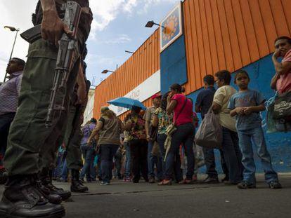Fila na porta de um supermercado na Venezuela