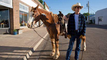 Kevin Bacon, como homem objeto, em uma das cenas da adaptação de Jill Soloway.
