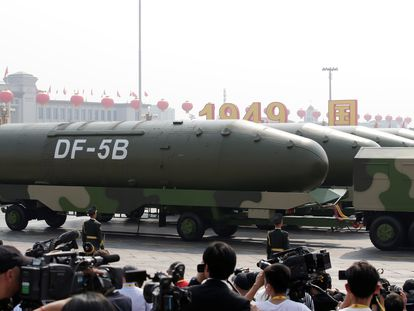 Veículos militares transportam mísseis balísticos intercontinentais DF-5B no desfile do 70º aniversário da criação da República Popular da China, em 1º de outubro, na praça Tiananmen, em Pequim.