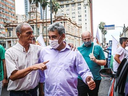 De máscara, Sebastião Melo, do MDB, faz campanha em Porto Alegre.