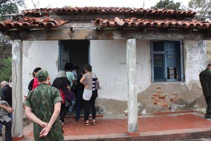 Ex-presos políticos entram em casa usada como local de tortura.