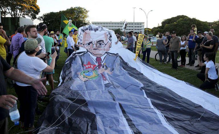 Manifestantes ocupam a frente do STF após decisão do ministro Marco Aurélio Mello que mandou soltar todos os condenados em segunda instância, no dia 19 de dezembro de 2018. A decisão seria suspensa pelo presidente do Supremo, Antonio Dias Toffoli.
