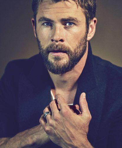 Chris Hemsworth posa em foto exclusiva para ICON com casaco e camiseta BOSS.
