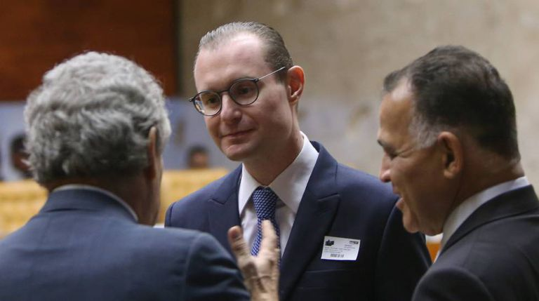 O advogado de Lula, Cristiano Zanin, ao centro, durante sessão do STF.