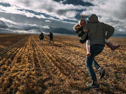Los hijos de Tatiana y David corren por los alrededores de su nuevo hogar, Villerías de Campos.