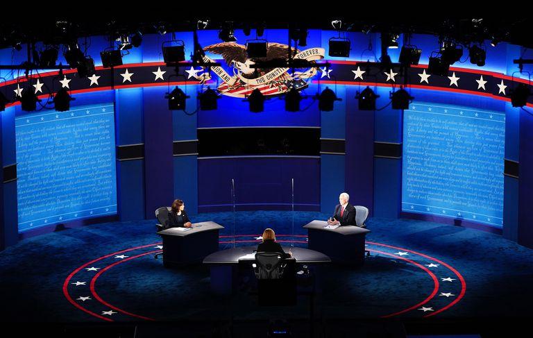 A senadora Kamala Harris e o vice-presidente Mike Pence durante o debate de ontem, na cidade de Salt Lake City.