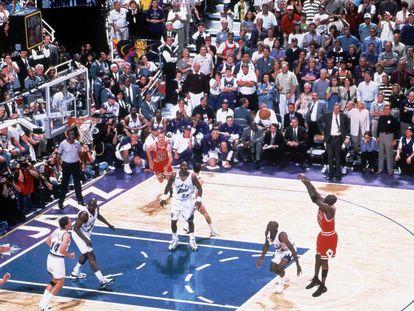 Michael Jordan (Chicago Bulls) faz um arremesso em um jogo contra o Utah Jazz.