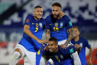 Neymar comemora gol contra o Paraguai com Richarlison e Gabriel Jesus.