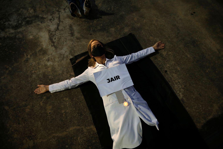 """Enfermeira protesta com cartaz em que se lê """"Jair"""", nome de um dos profissionais de saúde mortos pelo coronavírus no Brasil, na segunda."""