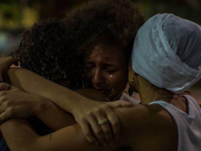 Mulheres se emocionam em ato contra a violência em Fortaleza.