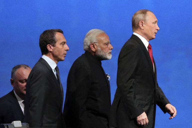 Putin com o primeiro-ministro indiano e o chanceler austríaco, nesta sexta-feira.