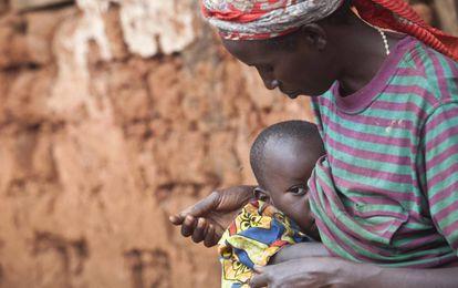 Uma mulher amamenta seu filho no Burundi