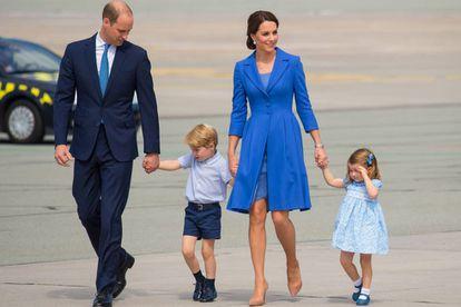 Os duques de Cambridge, com seus filhos os príncipes George e Charlotte, durante sua visita oficial à Alemanha
